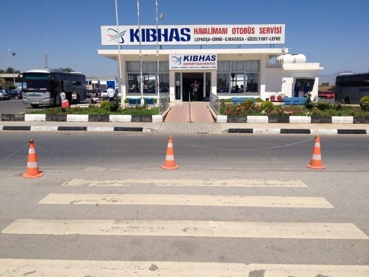 Eğer uzunca bir süre beklemek istemiyorsanız KIBHAS yani Türkiye'deki HAVAŞ olan havaalanı otobüsleri vardır.