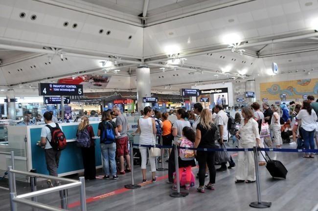 Eğer uçak saatinize 2 saatten az bir vakit varsa doğru pasaport kontrole gidiniz.