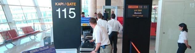 Pasaport kontrolünden geçtikten sonra öncelikle uçuş kapınıza bakınız.