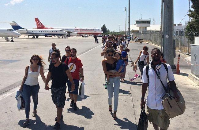 Kıbrıs Ercan Havaalanı'na gelince uçaktan indiniz.